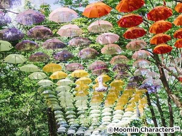 【横浜発】ムーミンバレーパーク「アンブレラスカイ」&羊山公園芝桜観賞◎SNS映えすること間違いなし!色とりどりの傘に彩られたムーミンの世界と丘いっぱいのお花の絨毯は見ごたえばっちり。お菓子工場でスイーツショッピングも楽しめます。