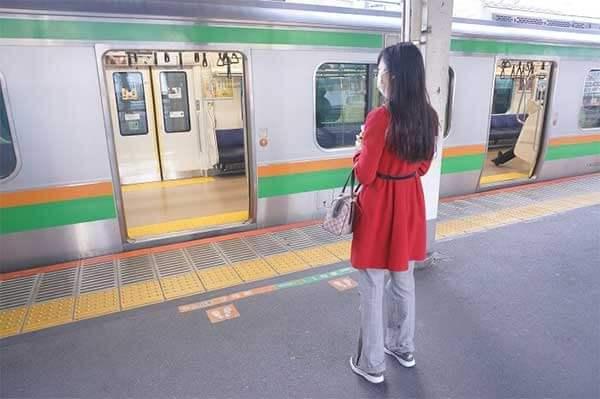 電車に乗り込む