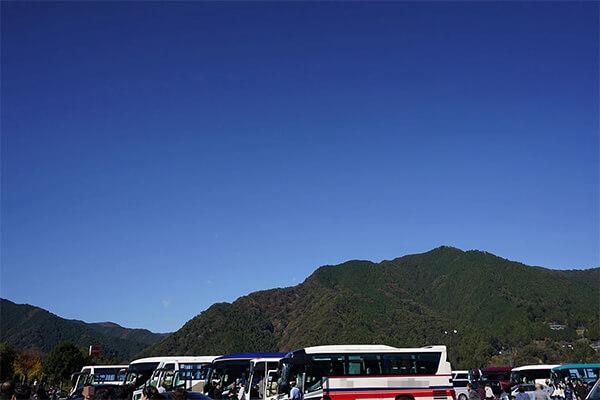 バスと青空